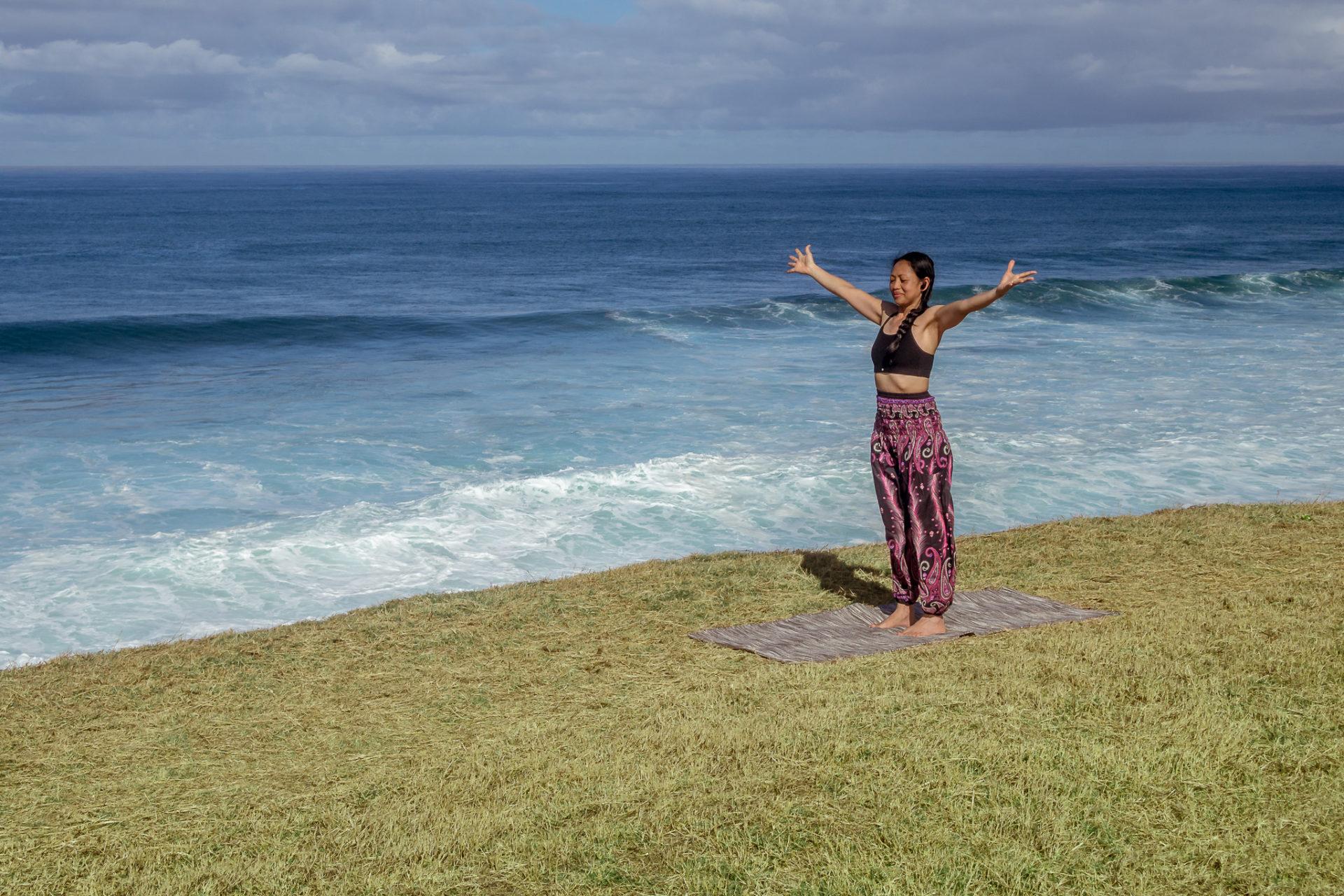 femme bras ouverts accueillir bord de mer ciel bleu