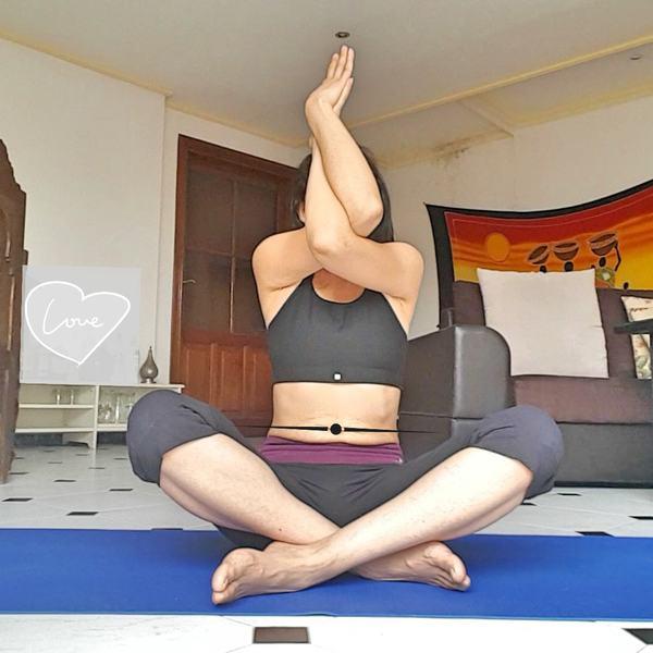 yoga à la maison posture de l'aigle garudasana