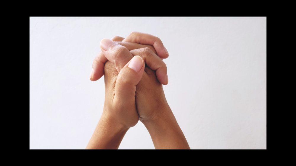 mains jointes doigts entrelacés